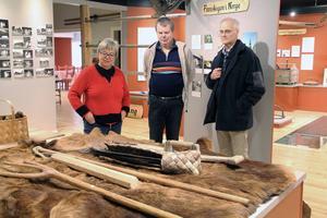 Ett riktigt björnskinn hör till attraktionerna och ligger på det björnide, som är gjort för barnen. Deisy Hellsén, Maths Östberg och Leif Nordlöf visar runt i det nya Finnskogsmuseet.