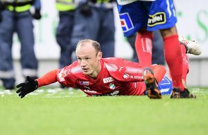 Dragan Kapcevic jublar efter ett av sina tre mål mot Syrianska i superettan. Förre Anundsjö- och Sollefteåspelaren bidrog starkt till att Öster blev kvar i superettan.                                 Bild: TT
