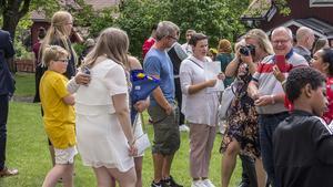 Många ville krama och fota niorna när de kom ut från kyrkan.