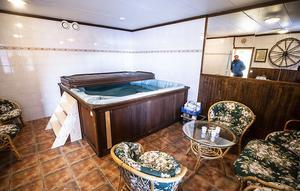 En bubbelpool och relaxavdelning har byggts samt nya duschar med bastu.