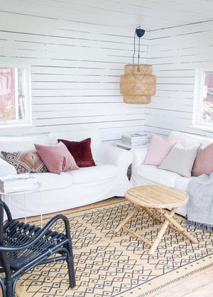 På tomten hemma hos Therese Wessling står en liten friggebod som hon förvandlat till ett ombonat uterum under sommarhalvåret.