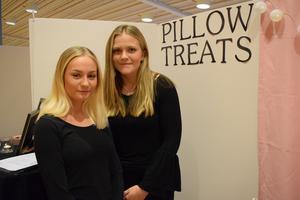 Julia Vesterberg och Alva Norberg är en del av Pillow Treats UF, som gör kuddfodral med tryck på. Emma Moberg och Emma Landelius är andra halvan av företaget, men fanns inte tillgängliga för bild.