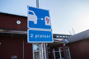 Ingemar Hellström hoppas att de här skyltarna ska bidra till att fler väljer att skaffa elbil.