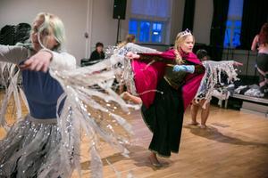 Dansarna tränar sex timmar i veckan, Lovisa Lindblom som drottning Elsa i en snöstorm av dansare.
