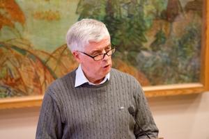 Sigge Synnergård (L) passar på att föreslå mobilförbud för Hallstahammars skolelever nu när Socialdemokraterna bytt åsikt. Eftersom S på riksplanet nu propagerar för mobilförbud borde S i Hallstahammar stödja hans förslag, anser han.
