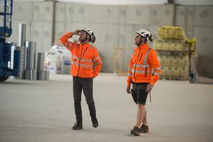 Alexander Hammar och Anders Granat, arbetschef, inspekterar idrottshallen.