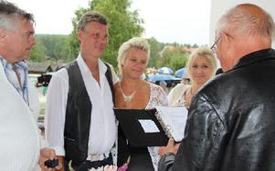 Brudparet Göran och Lena Lundvall, tidigare med efternamnet Hansson, såg så här lyckliga ut. Foto: Eric Salomonsson