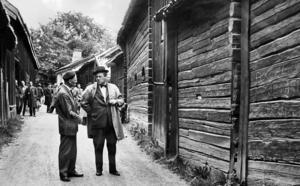 Dåvarande Byggnadschef Folke Schiött och stadsarkitekt Per Bohlin diskuterar Kyrkbackens vara eller ickevara 1961.  Foto: VLT