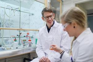 Erik Chorell leder ett forskningsprojekt i Umeå för att utveckla nya mediciner mot cancer. Bild: Mattias Pettersson