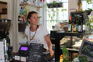 Denise Keyser uppmuntrar kunderna på Atmajala att prova veganskt.