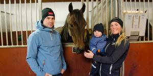 Jimmy Andersson och Vilde Einungbrekke med sonen Sebastian och travhästen Andre Agassi.