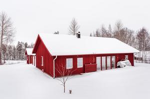 Nyproducerad enplansvilla 2015 i toppskick med modern och stilren utformning, fristående garage, gäststuga och härlig trädgårdstomt. Foto: Helena Leonardsson.