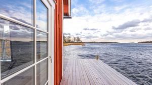 Till fastigheten hör ett vattenområde på 4086 kvadratmeter. Foto:  Ulf Gustavsson /  Kjell Johanssons fastighetsbyrå
