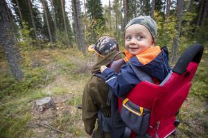 Thure Ögren, två år, gillar att vara i skogen med mamma Carolin Ögren.
