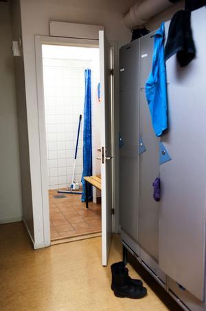 En enda dusch.Det är vad som finns att tillgå för de kvinnliga anställda i polishuset i Falun.