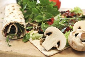 Vegetarisk fyllning med hemlagad svampfärs på champinjoner, lök, chili och spiskummin. Toppa med lime- och chilisalsa.