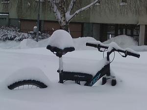 Tog denna läckra bild,när jag och min jobbarkompis var ute o skottade. Vi jobbar på Hallstahem, som Fastighetsskötare.Gissa om vi börjar tröttna på all snö?.
