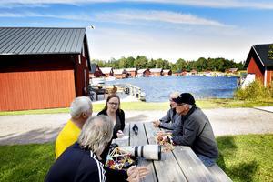Larsgöran Svensson, Nils-Olov Engberg. Gillis Östling och Bertil Grönqvist mött upp i hamnen för att berätta om sin älskade hembygd – Gårdskär.