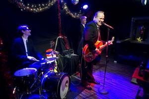 Sigge Hill framför Christer Björklund på trummor och Robert Viltok på bas.