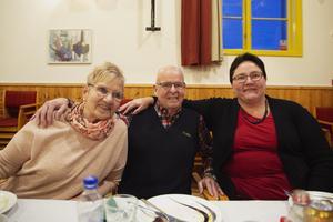 Ragni Nyman och Toralf Johansson bor båda ensamma. Här tillsammans med Catarina Karlén. – Ni är otroliga, säger Ragnvi som besökt julfesten flera gånger.
