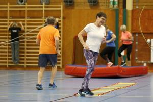 Ingrid Karlsson studsar fram med små snabba steg.