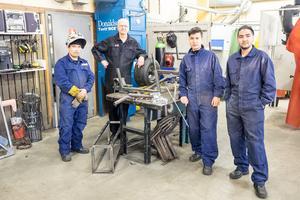 Saaed Alamkhah, Mohammed Panahi  och Ali Reza är några av eleverna på komvux industriutbildning i Sveg.  Elving Forsström är lärare.