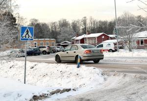 Skolan och förskoleavdelningarna ligger intill genomfartsvägen iBäsna och verksamheten är också uppdelad på lokaler på båda sidor av vägen.