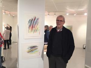 Lars Sander med sina akvarellmålningar.