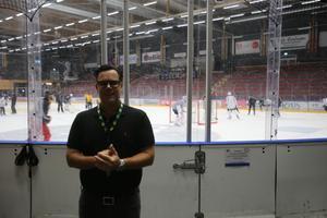 Fredrik Erikson, ny kanslichef i ÖIK. I bakgrunden pågår träningen för Jämtland/Härjedalens TV-puckslag inför TV-pucken som går av stapeln i början av september.