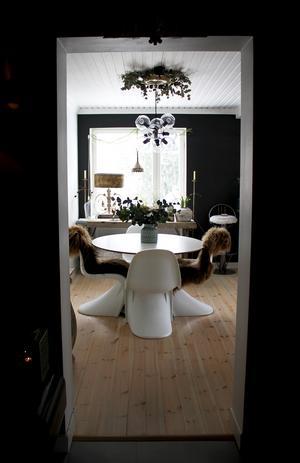 Sekelskiftesinspirerad takrosett i köket ovanför köksgruppen. De tjusiga stolarna i köket är kopior av Verner Pantons stolar.