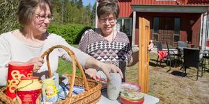 – Det ligger i tiden med återvinning. Fler och fler tar tillvara saker, säger Inger Berglund.  – Här på landet om man byter köksbord, då ställer man ut det gamla i ett uthus och sådant kan säljas nu, säger  Kristina Karlsson.