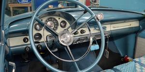 En Ford Sunliner önskade Märtha sig på skoj till sin 50-årsdag – och nu står den i deras larmade garage.