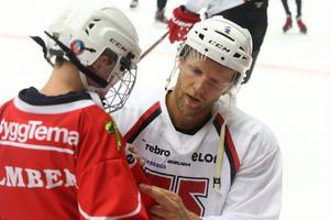 Även  om Max Lindholm var populär bland supportrarna fanns det en viss nybliven Stanley Cup-mästare som drog till sig störst uppmärksamhet. Calle Gunnarsson är hemma och deltog i internmatchen inför måndagens ceremoni på Stortorget.
