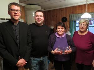 Kyrkoherde Kalle Bengtz, hembygdsföreningens ordförande Mattias Gyllström, kyrkvärd Ingrid Hellbom och köksansvarig Sylvia Larsson. Foto: Walters Börje