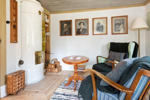 Vardagsrum med kakelugn. Foto: Carlsson Ring Fastighetsmäklare