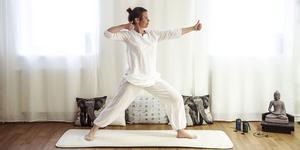 Det är Pernilla Jousse initiativ att få så många yogalärare som möjligt i Sundsvall att samarbeta och erbjuda gratis yoga när det är Internationella yogadagen. Här visar hon positionen bågskytten som stimulerar hjärnan, är bra för koncentration och fokus.