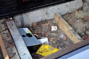 Under bron har Anticimex lagt ut bekämpningslådor som råttorna äter från.