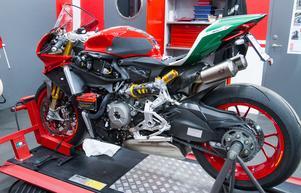 En motorcykel som är på service. De röda, vita och gröna färgerna är starka kännetecken för Ducati.