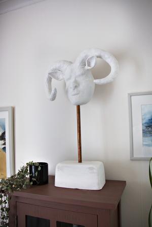 Skulpturen som står på hedersplats i rummet har dottern Maria gjort. Det var hon som inspirerade även sin mamma att börja med konst.