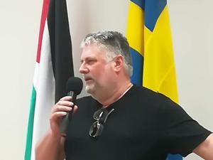 Paul Morris berättar om sin bok om Ahed Tamimi under boksläppet på Palestinas ambassad i Stockholm. Foto: Håkan Galmén