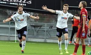 Victor Sköld jublar efter sitt ledningsmål. Till höger Albin Granlund. Bild: Conny Sillén/TT
