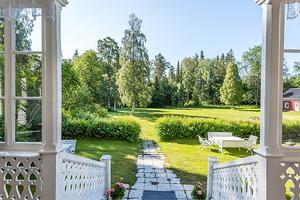 Utsikten mot herrgårdens baksida. Foto: Fastighetsbyrån Sundsvall