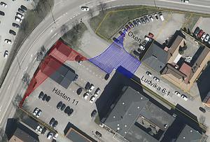 Det rödmarkerade området nära genomfarten blir inlöst för att man ska få plats med rondellen vid Lidl. Den blåmarkerade delen av Tingshusgatan kommer att omvandlas till parkeringsplatser. Fotomontage: Ludvika kommun