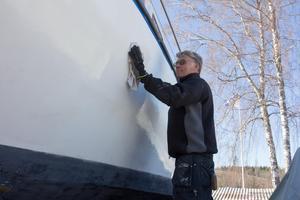 Att göra i ordning båten kan ta många timmar, enligt Håkan Nyve:- Det beror på vad man ska göra. Om det bara är att vaxa och bottenmåla, tar det ungefär tre dagar.