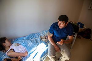 Dilan öppnar knappt ögonen längre, likt sin syster. Pappa Memed försöker ändå prata med henne, för hon hör fortfarande.