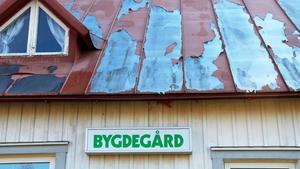 Färgen på taket flagnar och bygdegården har blivit något som kallas Ljustorps skamfläck.