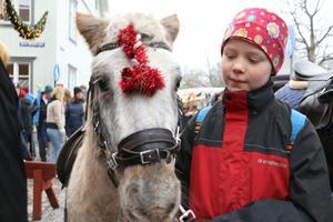 Inga Norgren på väg för att sköta ponnyridningen med hästen King.