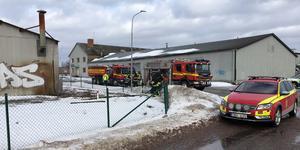 Industrilokalen brann kraftigt när räddningstjänsten anlände till adressen på Norra Ågatan i Arboga.