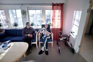 Bror Andersson men kinesiska nakenhunden Kennet i knät. Kompisarna Sonja och Hjalle brukar besöka Bror när de är ute och promenerar med hunden.