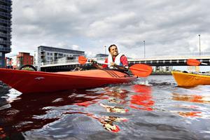 Nu går det bra. Efter ett antal plask i vattnet har Mohammed Abukar nu lärt sig att paddla kajak.